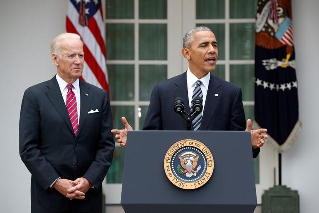 Na snímke vpravo americký prezident Barack Obama a vľavo viceprezident Joe Biden