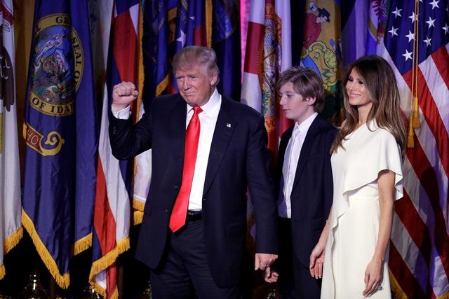 Na snímke víťaz amerických prezidentských volieb Donald Trump (vľavo) s manželkou Melaniou a synom Barronom Trumpom