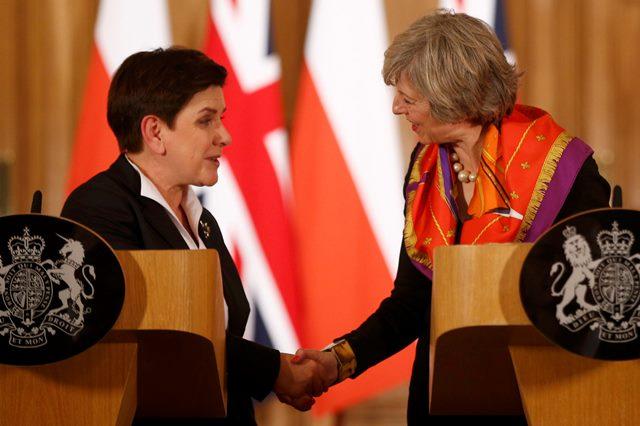 Poľská premiérka Beata Szydlová (vľavo) a britská premiérka Theresa Mayová