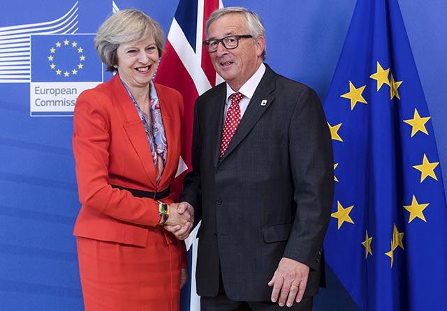 Predseda Európskej komisie Jean-Claude Juncker (vpravo) víta britskú premiérku Theresu Mayovú