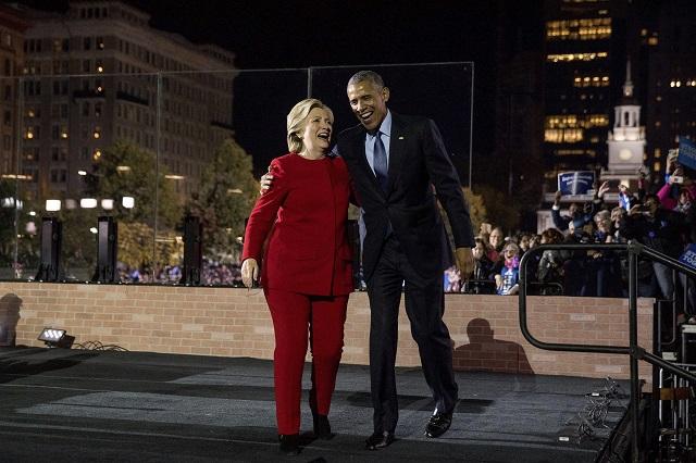 Clintonovej kampaň podporil v pondelok aj dosluhujúci prezident Barack Obama, ktorý vystúpil na mítingu v štáte New Hampshire