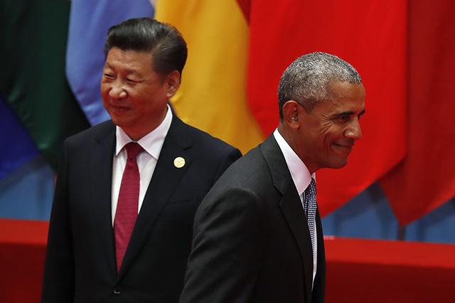 Na snímke americký prezident Barack Obama prechádza okolo čínskeho prezidenta Si Ťin-pchinga