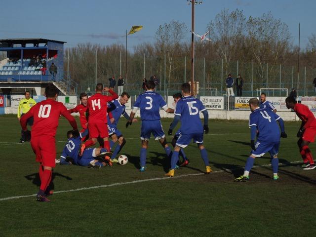 Takto to vyzeralo v útočnej činnosti domáceho ŠKF Sereď v červených dresoch v súboji s brániacim sa mužstvom FK Pohronie Žiar nad Hronom / Dolná Ždaňa v modrých dresoch v ich vzájomnom súboji 17.kola II.futbalovej ligy skupiny Západ, v ktorom zvíťazila Sereď 3:0.