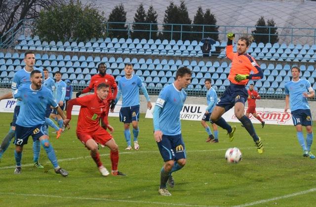 Takto  sa bojovalo o druholigové body v Nitre pod Zoborom v súboji 18.kola FC Nitra – ŠKF Sereď 2:1. Na snímke vidieť v akcii na pätníku v malom vápne celkom ôsmich hráčov Nitry v modrých dresoch a štvoricu brániacich futbalistov hosťujúceho tímu zo Serede v červených dresoch.
