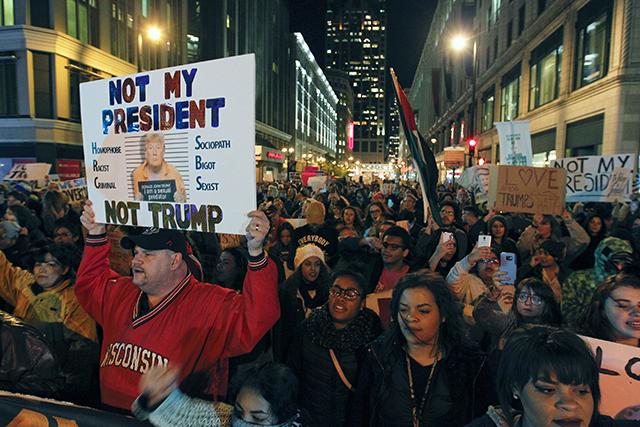 ľudia transparenty protestný pochod Milwaukee