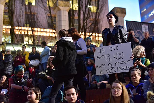 ľudia transparenty protestné zhromaždenie Námestie Pioneer Courthouse Portland