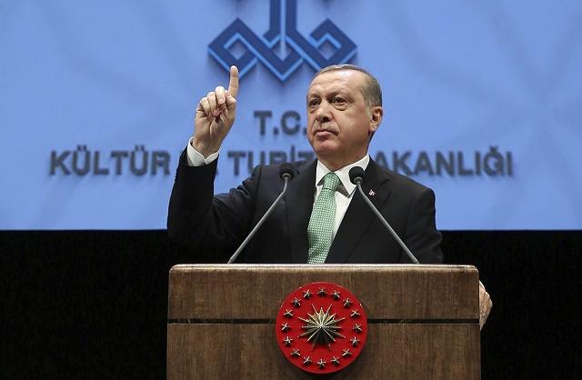 Turecký prezident Recep Tayyip Erdogan reční na stretnutí v Ankare vo štvrtok 3. novembra 2016. Erdogan obvinil vo štvrtok Nemecko z podpory terorizmu. Ide o nateraz posledný prejav pretrvávajúceho napätia medzi Ankarou a Berlínom