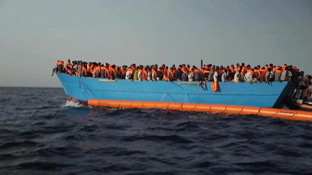 záchranársky čln zachránení africkí migranti plavba Stredozemné more
