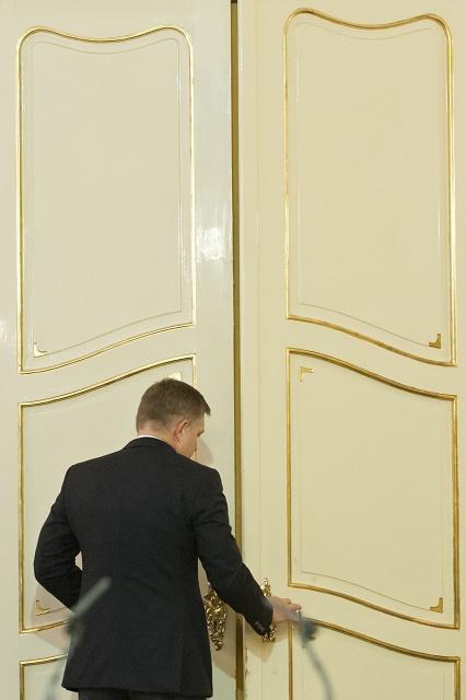 Predseda vlády SR Robert Fico odchádza po vyhlásení k výročiu vzniku Československej republiky a k aktuálnym vnútropolitickým otázkam. V Bratislave 28. októbra  2016