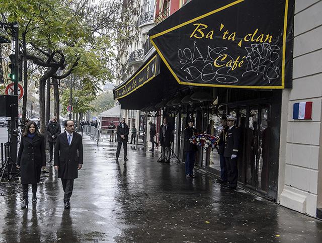 Francúzsky prezident Francois Hollande (druhý zľava) a starostka Paríža Anne Hidalgová prichádzajú odhaliť pamätnú tabuľu obetiam teroristického útoku na koncertnú sálu Bataclan počas prvého výročia tragickej vlny atentátov v Paríži