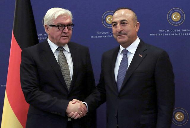 Nemecký minister zahraničných vecí Frank-Walter Steinmeier (vľavo) a turecký minister zahraničných vecí Mevlüt Čavušoglu
