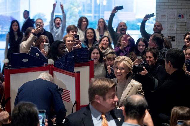 Demokratická kandidátka na prezidenta Spojených štátov Hillary Clintonová a jej manžel a bývalý americký prezident Bill Clinton vo volebnej miestnosti v prímestskej obci Chappaqua, štát New York počas voľby nového prezidenta Spojených štátov