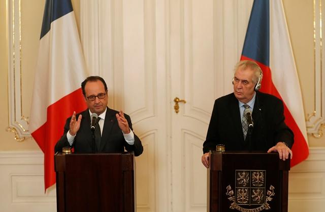 Na snímke Francois Hollande a Miloš Zeman