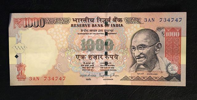 Na snímke 1000 indických rupií (13,64 eur)