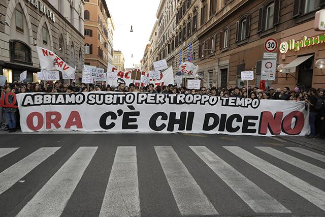 """Ľudia pochodujú s transparentom s nápisom """"Niekto hovorí nie"""" počas demonštrácie pred referendom o ústavnej reforme, ktorú sa vláda Mattea Renziho snaží presadiť v Ríme"""