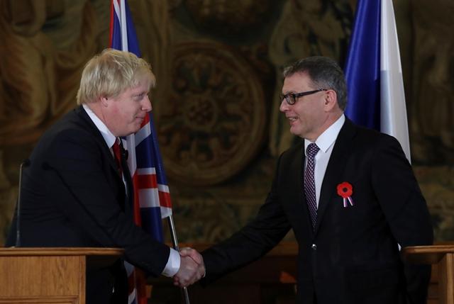 Český minister zahraničných vecí Lubomír Zaorálek (vpravo) a britský minister zahraničných vecí Boris Johnson