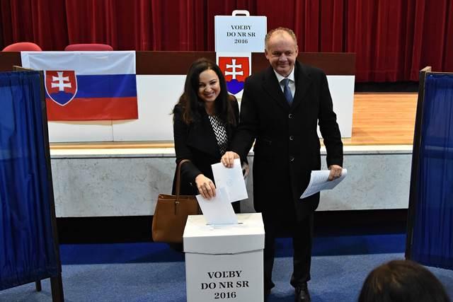 Na snímke prezident Slovenskej republiky Andrej Kiska (vpravo) s manželkou Martinou vhadzujú obálky s hlasovacími lístkami do volebnej urny