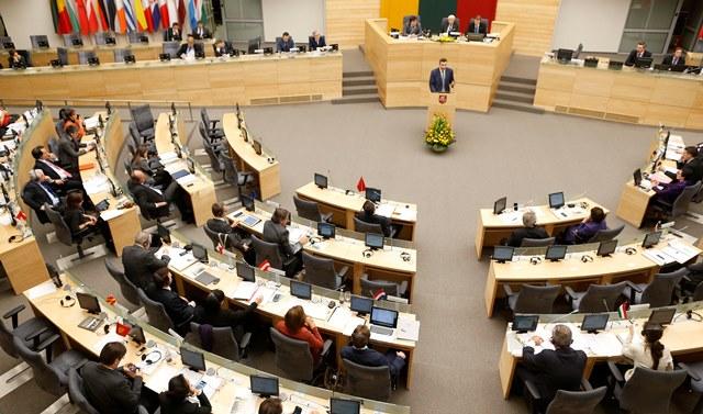 Na snímke členovia litovského parlamentu