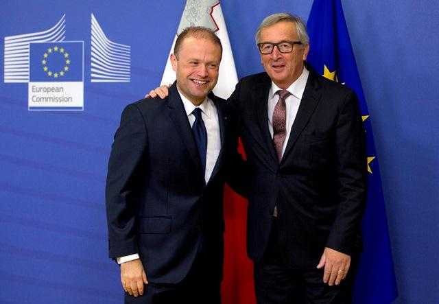 Predseda Európskej komisie Jean-Claude Juncker (vľavo) víta maltského premiéra Josepha Muscata