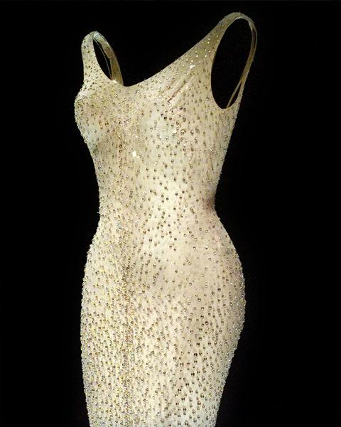 """Na snímke večerné šaty americkej herečky Marilyn Monroe, ktoré mala na sebe oblečené počas svojho predvedenia """"Happy Birthday to You""""  v aukčnom dome Christie's v New Yorku."""