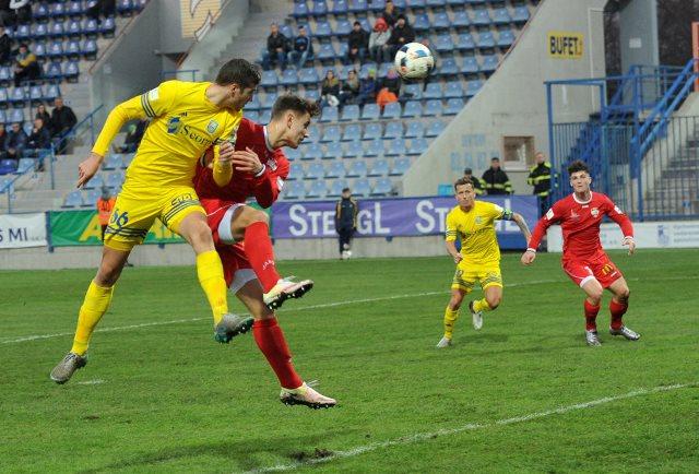 Futbalisti MFK Zemplín Michalovce sú v poradí štvrtým prvoligistom, ktorý sa prebojoval do štvrťfinále Slovnaft cupu v tomto prebiehajúcom 48.ročníku. V domácom súboji s druholigovým celkom FC Nitra museli domáci futbalisti ísť až na dno svojich fyzických síl a trvalo pomerne dlho, pokiaľ získali rozhodujúci náskok 3:2, ktorý znamenal nakoniec postup do štvrťfinále. Na snímke z tohto súboja vidieť v hlavičkovom súboji domáceho 18-ročného legionára z Albánska Kristjana KUSHTU, ktorý práve úspešnou hlavičkou cez braniaceho Andreja Ivančíka zaznamel vyrovnávajúci gól na 2:2. Akciu v pozadí sledujú Igor Žofčák –domáci kapitán (na snímke druhý sprava v žltom drese) a hosťujúci Andrej Fábry na snímke prvý sprava v červenom drese.