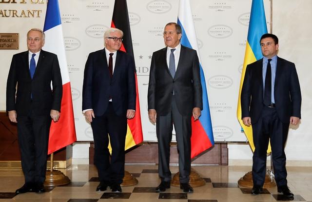 Zľava francúzsky minister zahraničných vecí Jean-Marc Ayrault, nemecký minister zahraničných vecí Frank-Walter Steinmeier,ruský minister zahraničných vecí Sergej Lavrov a ukrajinský minister zahraničných vecí Pavlo Klimkin