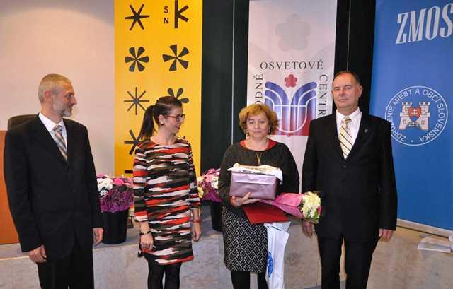 Na snímke hlavnú cenu v kategórii kronika krajského a okresného mesta prevzala mestská kronikárka Ľudmila Synaková z rúk organizátorov súťaže.