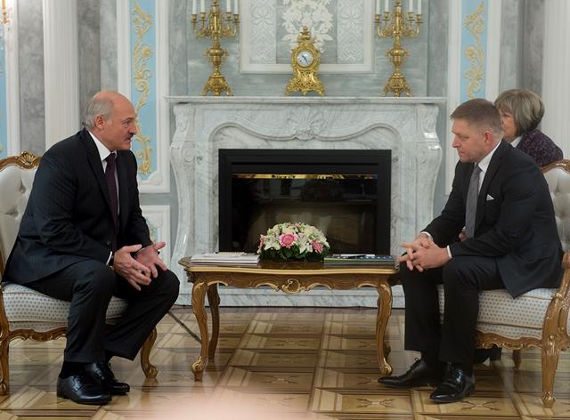 Na snímke predseda vlády SR Robert Fico (vpravo) a bieloruský prezident Alexander Lukašenko sa rozprávajú počas stretnutia v hlavnom meste Minsk