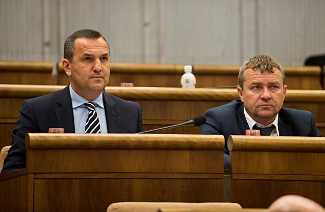 Na snímke poslanci NR SR, vľavo Dušan Tittel a vpravo Tibor Jančula (obaja SNS)