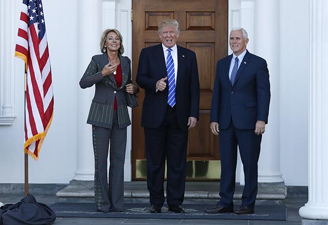 Dezignovaný americký prezident Donald Trump (uprostred), budúci viceprezident Mike Pence (vpravo) a Betsy DeVosová