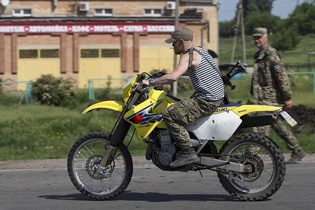 Na archívnej snímke z 18. mája 2014 veliteľ Arsen Pavlov (vľavo), prezývaný Motorola