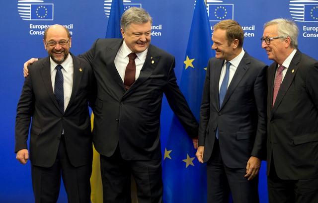 Na snímke zľava  predseda Európskeho parlamentu (EP) Martin Schulz, ukrajinský prezident Petro Porošenko, predseda Európskej rady Donald Tusk (vpravo) a predseda Európskej komisie (EK) Jean-Claude Juncker