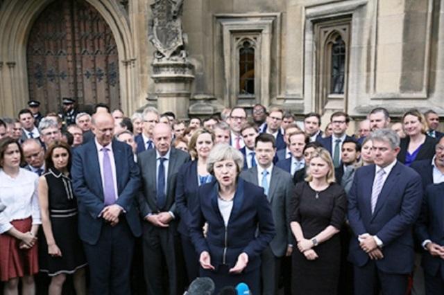 Na snímke uprostred britských poslancov britská ministerka Theresa Mayová