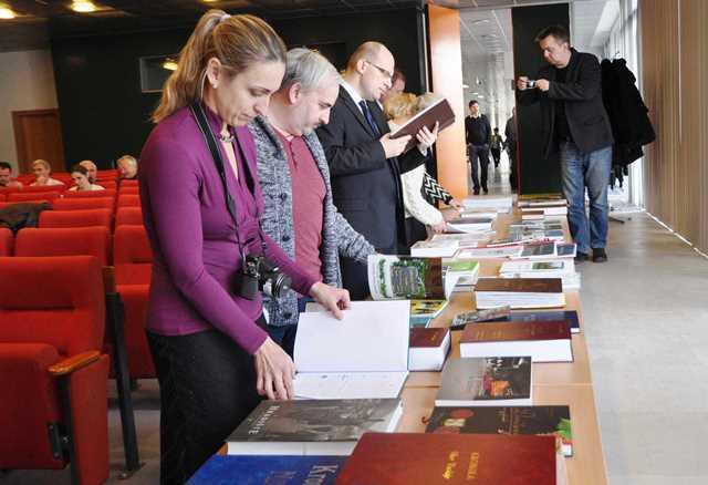 Na snímke ocenené obecné a mestské kroniky, ako aj kroniky záujmových združení boli spolu s monografiami miest a obcí počas slávnostného vyhlásenia vystavené, aby si ich mohli všetci záujemcovia pozrieť a prelistovať.