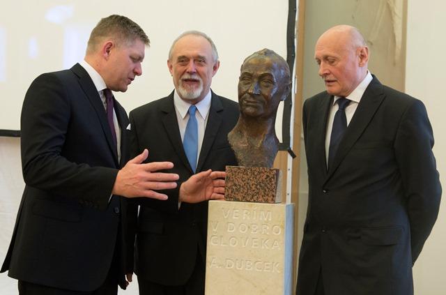 Na snímke zľava premiér SR Robert Fico, Milan a Pavol Dubčekovci pri buste svojho otca Alexandra Dubčeka pri príležitosti 95. výročia narodenia Alexandra Dubčeka