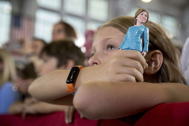 Na archívnej snímke drží dievča bábiku s podobizňou demokratickej prezidentskej kandidátky Hillary Clintonovej počas zhromaždenia 3. októbra 2016 v Akrone