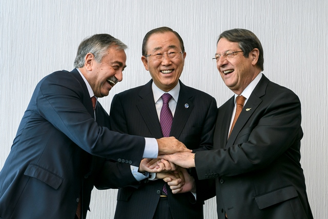 Na snímke generálny tajomník OSN Pan Ki-mun (uprostred), líder cyperských Turkov Mustafa Akinci (vľavo) a cyperský prezident Nikos Anastasiadis