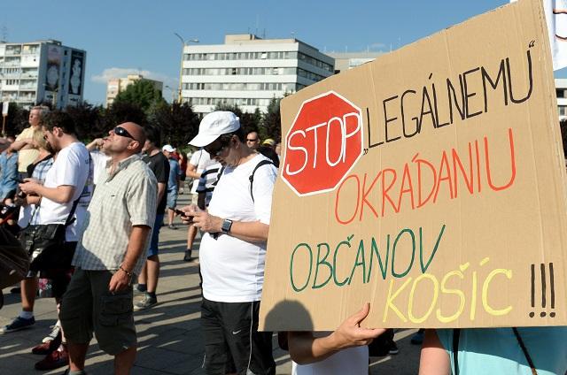 Ostrý protest občianskej iniciatívy Nezaplatím EEI ani cent - občianska neposlušnosť pred Magistrátom mesta Košice 29. júna