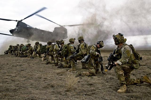 Na archívnej snímke americkí vojaci