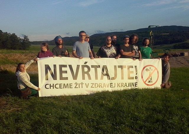 Aktivisti, ktorí protestujú proti vrtom v obci Smilno