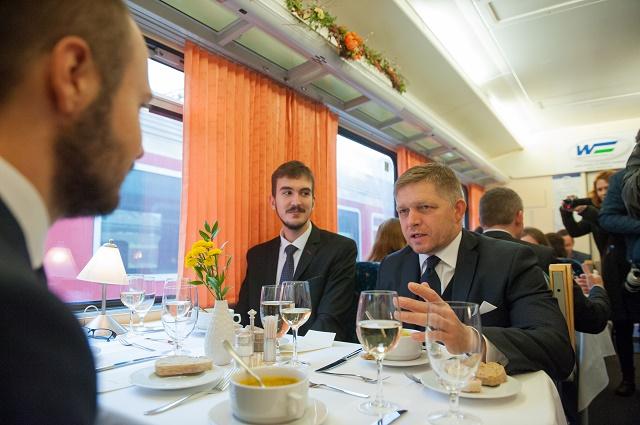 Predseda vlády SR Robert Fico (vpravo) pozval na obed šštudentov vysokých škôl z celého Slovenska. Spolu s nimi si pripomenul šštátny sviatok - Deň boja za slobodu a demokraciu a Deň šštudentstva.