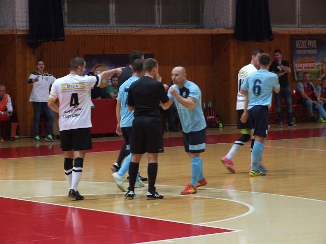 Takýchto debatných krúžkov bolo počas dôležitého stretnutia IX.kola 1.ligy vo futsale MIBA Banská Bystrica – MFsK Nitra o záchranu neúrekom. V závere svoj slabý výkon rozhodcovia ešte zvýraznili, keď tento súboj nezvládli a v samotnom závere v posledných dvoch minútach stretnutia atmosféru zápasu ešte zdramatizovali, keď dvoch funkcionárov (po jednom) z každého družstva poslali z lavičky náhradníkov medzi divákov na tribúnu.