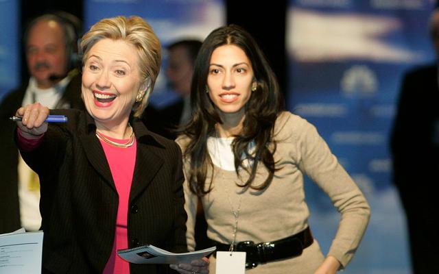 Na archívnej snímke Hillary Clintonová a Humy Abedin