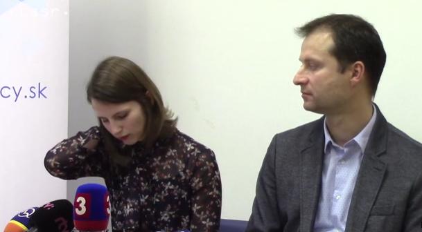 Na snímke Zuzana Hlávková, ktorá upozornila na predražené zákazky na  MZ SR, vpravo Gabriel Šípoš, riaditeľ Transparency International
