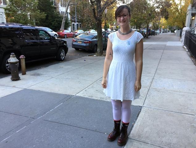 Lucy Boonerová pózuje v bielych šatách po tom, čo odovzdala hlas Hillary Clintonovej