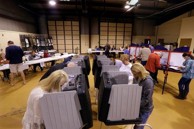 Na snímke Američania hlasujú počas prezidentských volieb