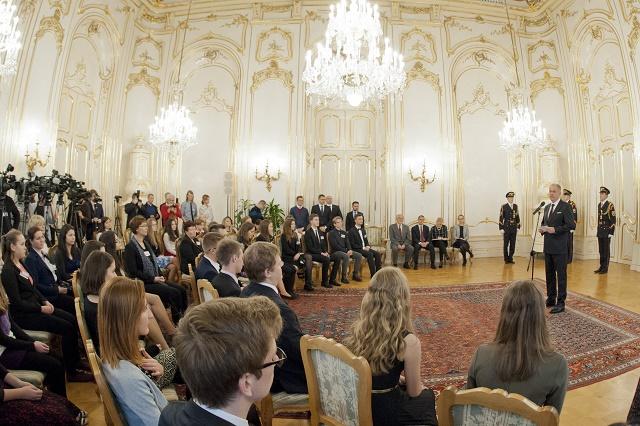 Prezident Andrej Kiska (vpravo) prijal šštudentov, účastníkov projektu Nenápadní hrdinovia v zápase s komunizmom. Projekt zorganizovalo OZ Nenápadní hrdinovia spolu s Konfederáciou politických väzňov Slovenska a Múzeom zločinov a obetí komunizmu