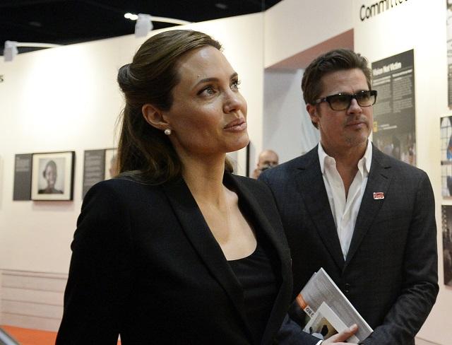 Americká herečka a osobitná vyslankyňa Úradu Vysokého komisára OSN pre utečencov Angelina Jolieová (vľavo) a americký herec a životný partner Angeliny Jolieovej Brad Pitt
