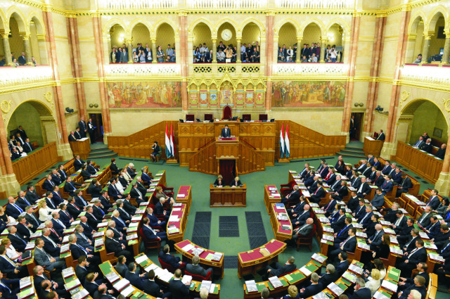 Na archívnej snímke poslanci maďarského parlamentu