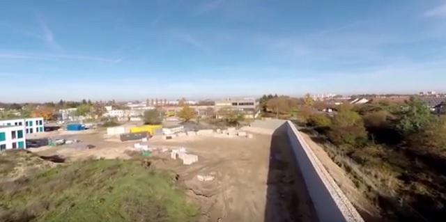 Ubytovne pre migrantov, v blízkosti ktorých budujú múr